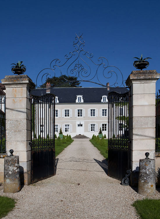 Châteaux De La Resle: Antique Castle With Colorful Interiors