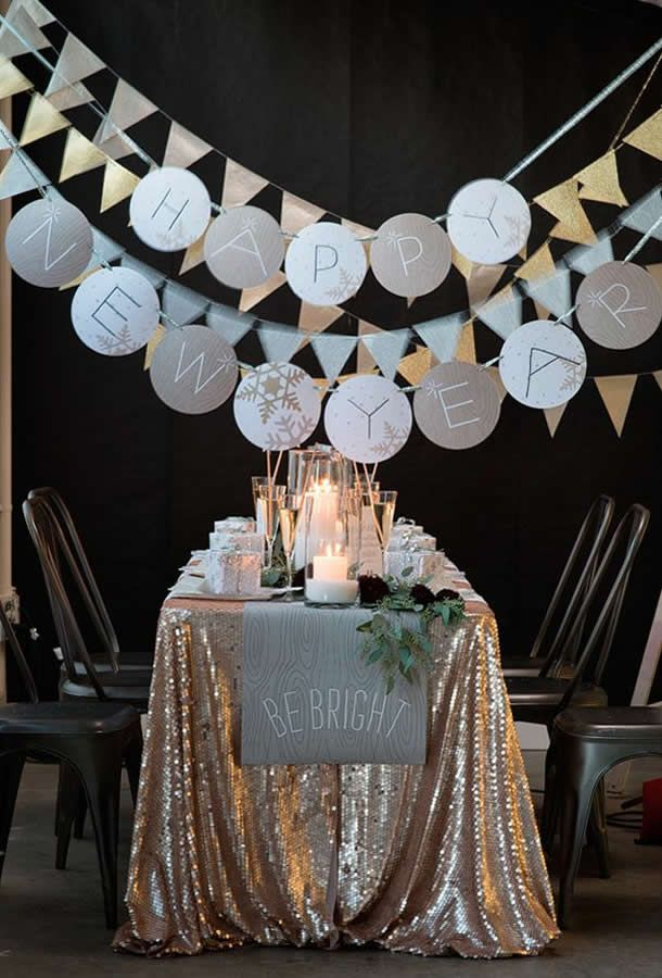 34 cheerful new year party d cor ideas digsdigs - Deco table reveillon nouvel an ...