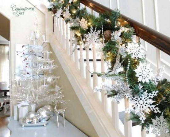 71 Awesome Christmas Stairs Decoration Ideas - 26 - Pelfind