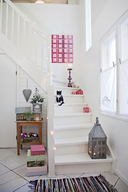 Prime 100 Awesome Christmas Stairs Decoration Ideas Digsdigs Largest Home Design Picture Inspirations Pitcheantrous