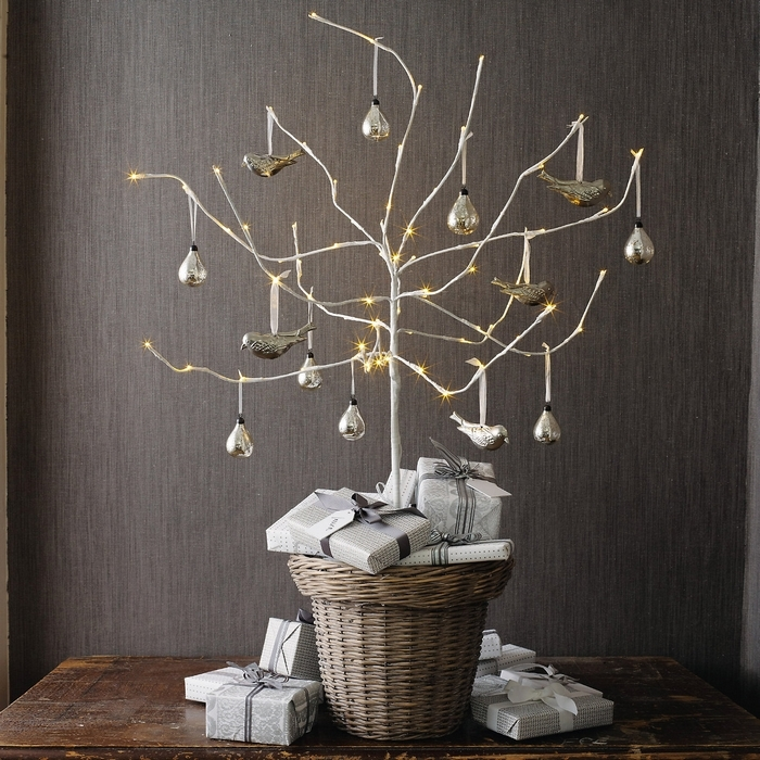 30 traditional and unusual christmas tree d cor ideas - Deco avec des branches d arbres ...