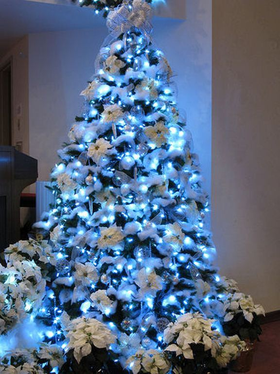 30 traditional and unusual christmas tree dcor ideas digsdigs - Blue Christmas Tree Decoration Ideas