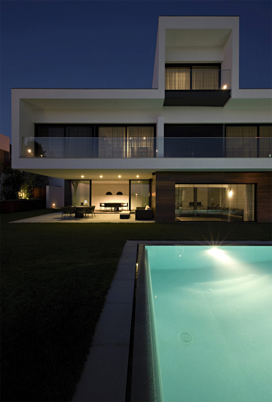 Clean Modern 3 Storey House Design