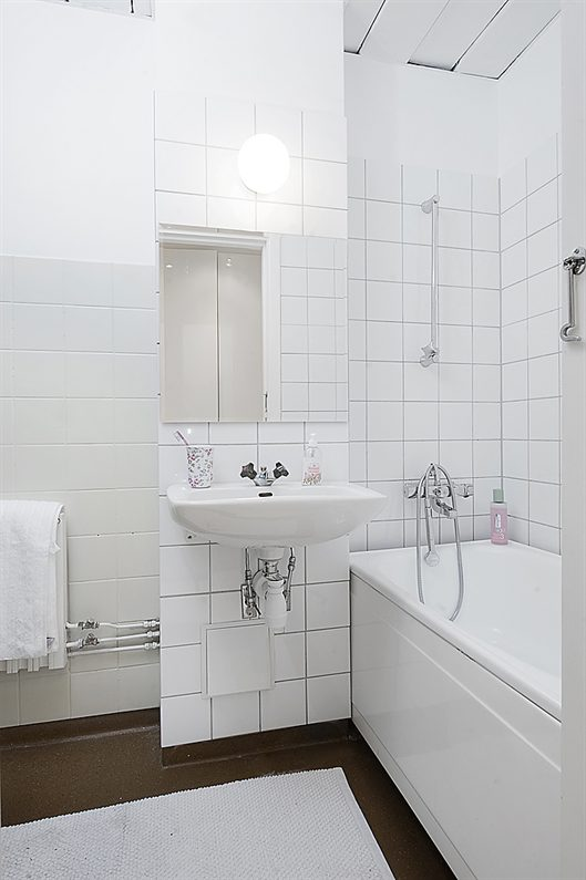 Clean white small apartment interior design with for Bathroom interior design for small spaces
