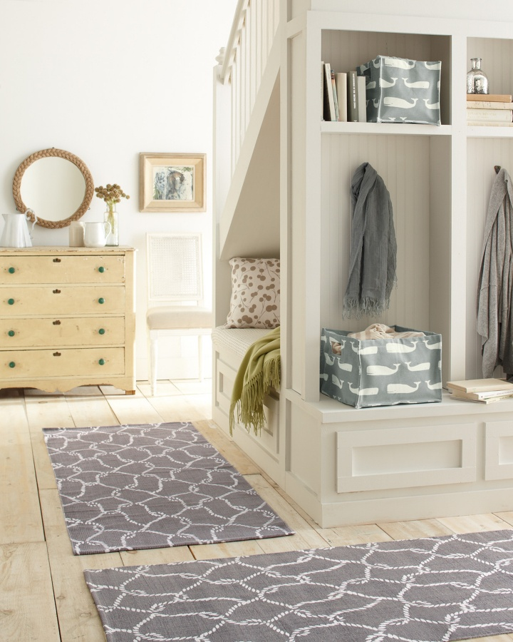 63 clever hallway storage ideas digsdigs for Foyer storage ideas