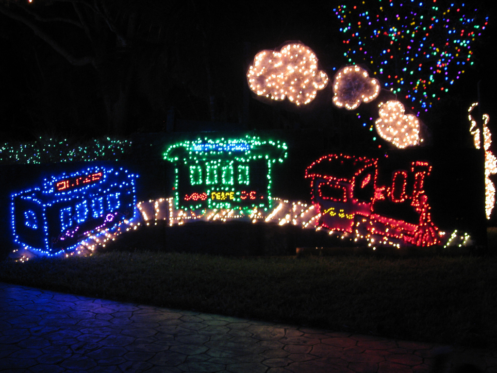 Top 10 biggest outdoor christmas lights house decorations for Animated christmas decorations