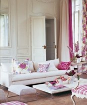 a colorful and refined spring living room done in neutrals and with pink and floral touches is a very chic idea
