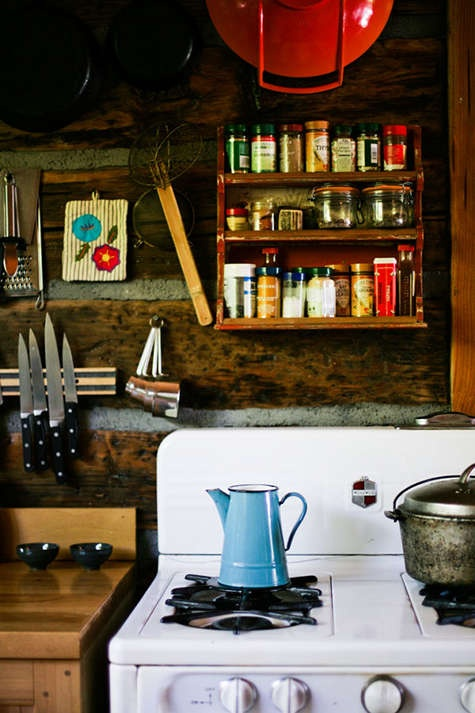 bright textiles, porcelain, jars and tin pots for a bright and cool look