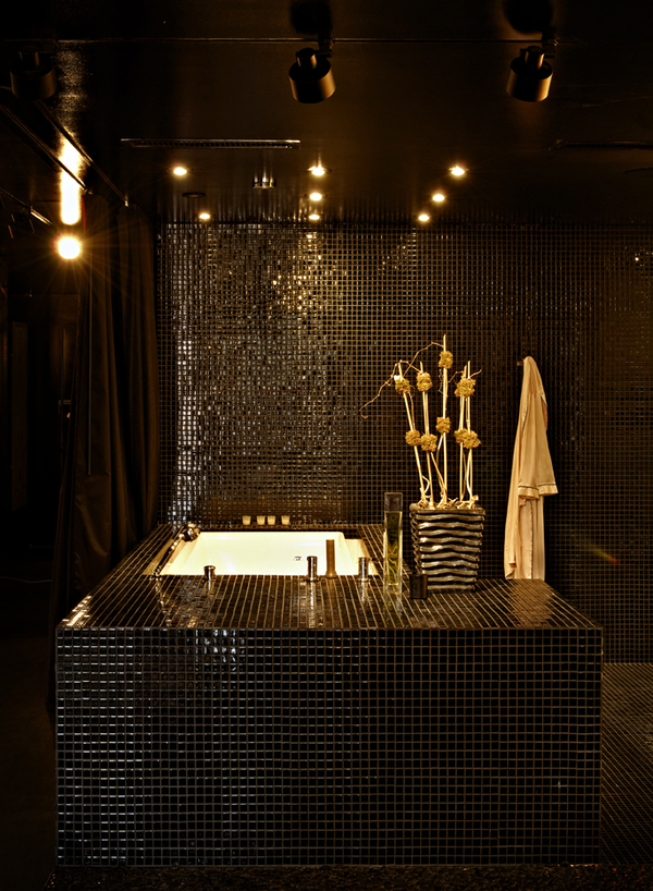 Completely Black Apartment Design