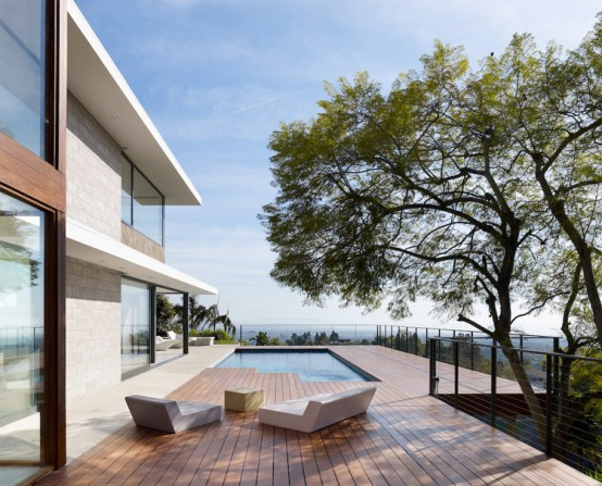 Contemporary House for Indoor/Outdoor Living in Shiny California