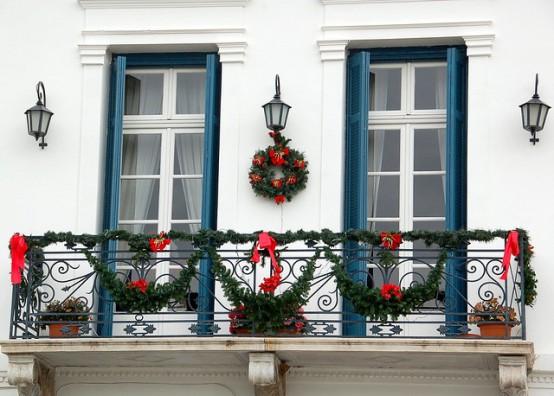 17 cool christmas balcony d cor ideas digsdigs - Ideas para decorar un apartamento pequeno ...