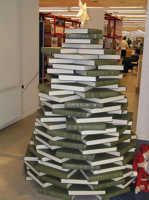 Books Christmas Tree (via flickr)