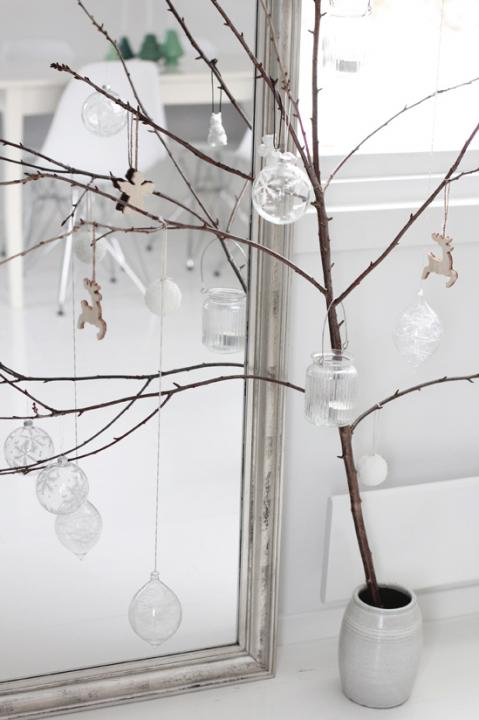 Simple To Make Natural Christmas Tree Alternative (via stylizimo)