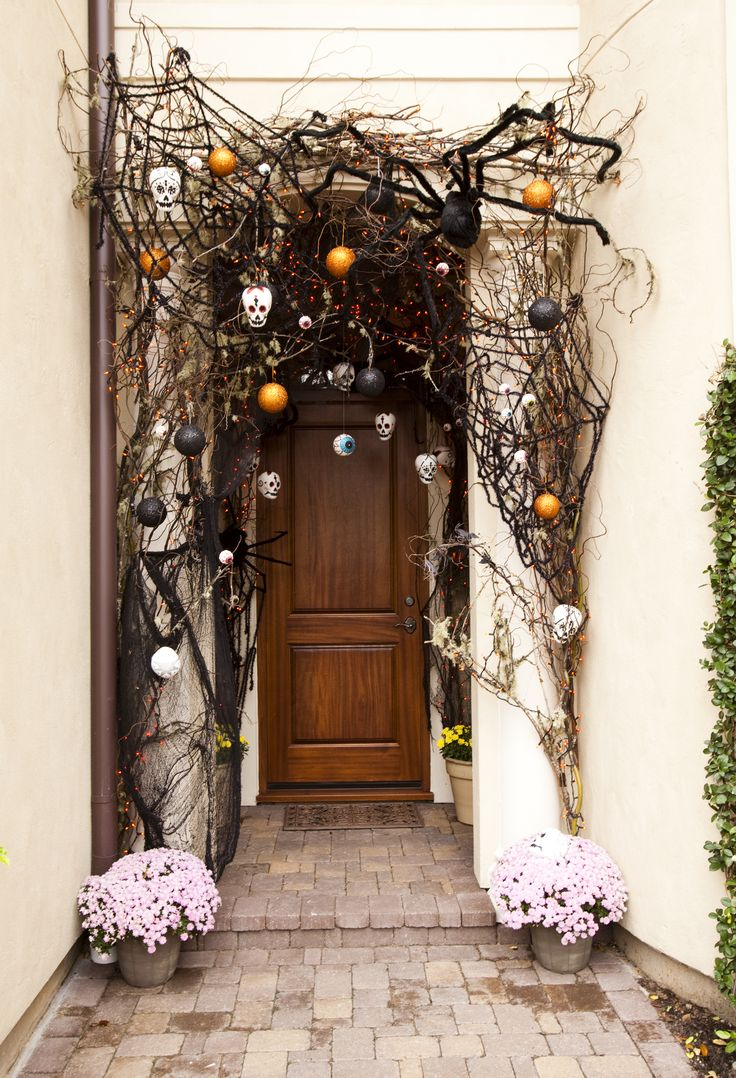 40 cool halloween front door decor ideas digsdigs - Deco exterieur halloween ...
