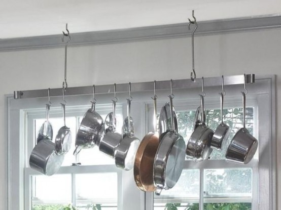 58 cool kitchen pots and lids storage ideas digsdigs for Suspension metal cuisine
