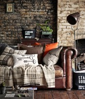 a combo of light-colored and dark-colored brick makes the living room textural and catchy giving it a masculine feel