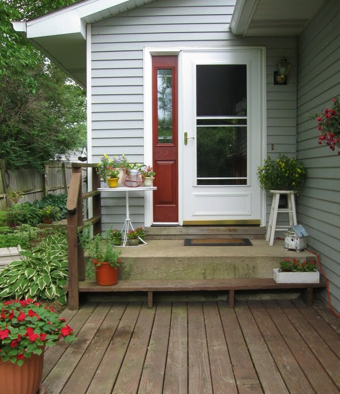 30 cool small front porch design ideas digsdigs for Tiny front porch decorating ideas