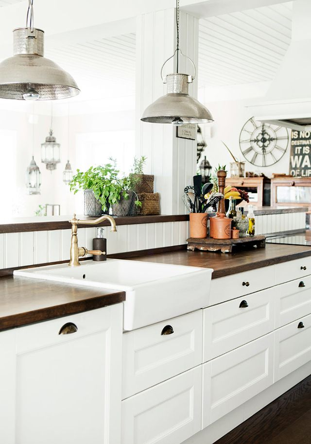 31 cozy and chic farmhouse kitchen d cor ideas digsdigs for Kitchen counter decor