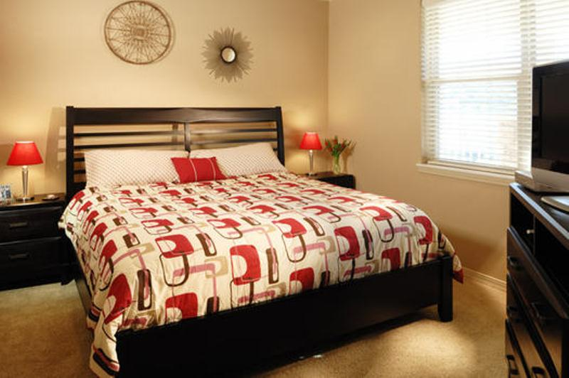 dark brown with red and neutrals are a traditional color scheme for the fall