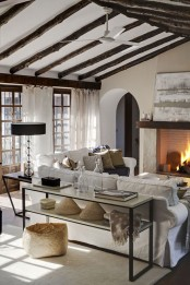 cozy-living-room-designs-with-exposed-wooden-beams-31