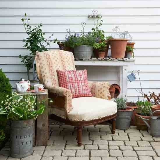 57 cozy rustic patio designs digsdigs for Como arreglar un jardin pequeno