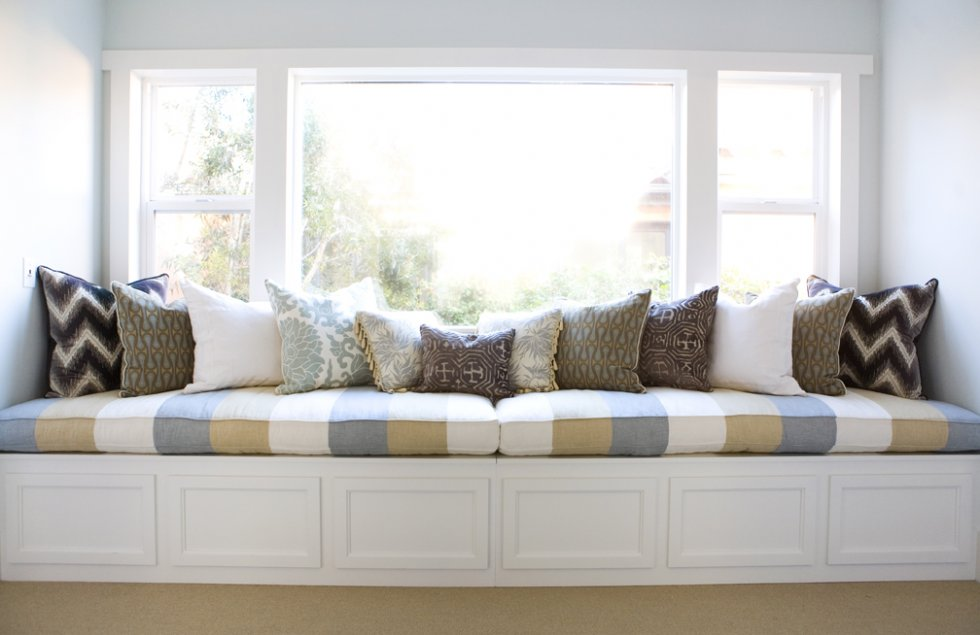 10 cozy sweet built in window seats digsdigs for Living room seats designs