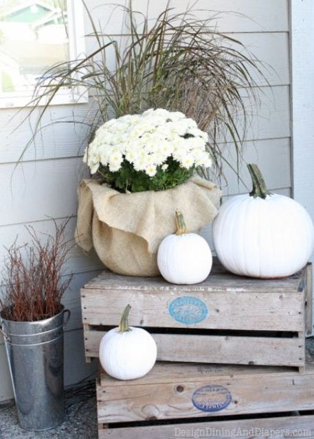 Black and white Thanksgiving decor is an interesting, chic alternative to standard things we usually use.  It's perfect for subtle arrangements.