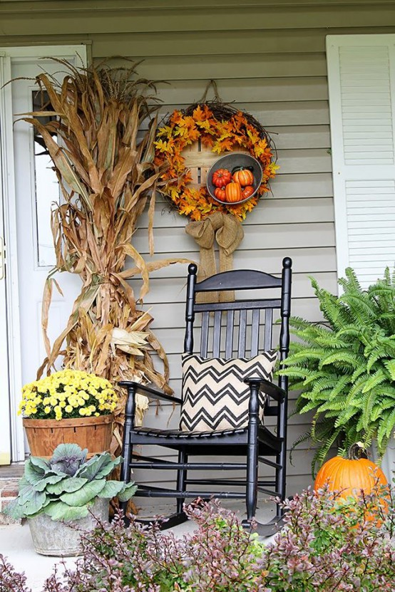 57 cozy thanksgiving porch d cor ideas digsdigs Beautiful fall front porches