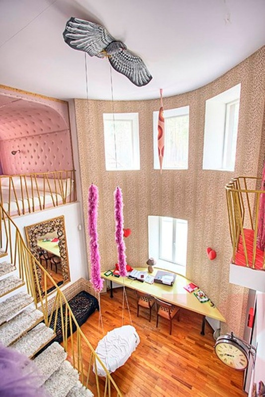 Crazy colorful interiors of an artist 39 s house digsdigs for Crazy interior designs