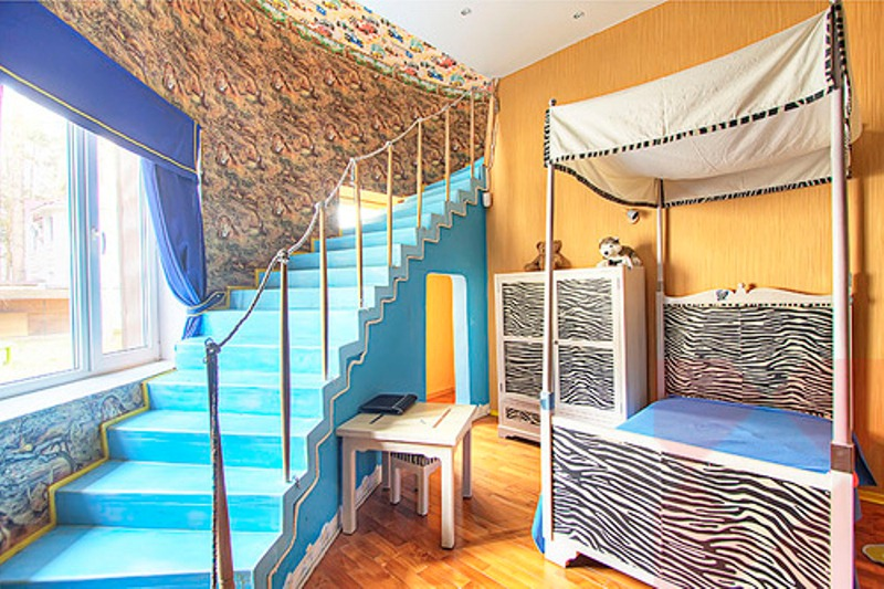 Crazy colorful interiors of an artist s house digsdigs for Crazy interior designs