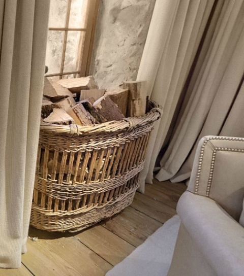 a basket with firewood can be used even in spaces with no fireplace, just for a touch of coziness