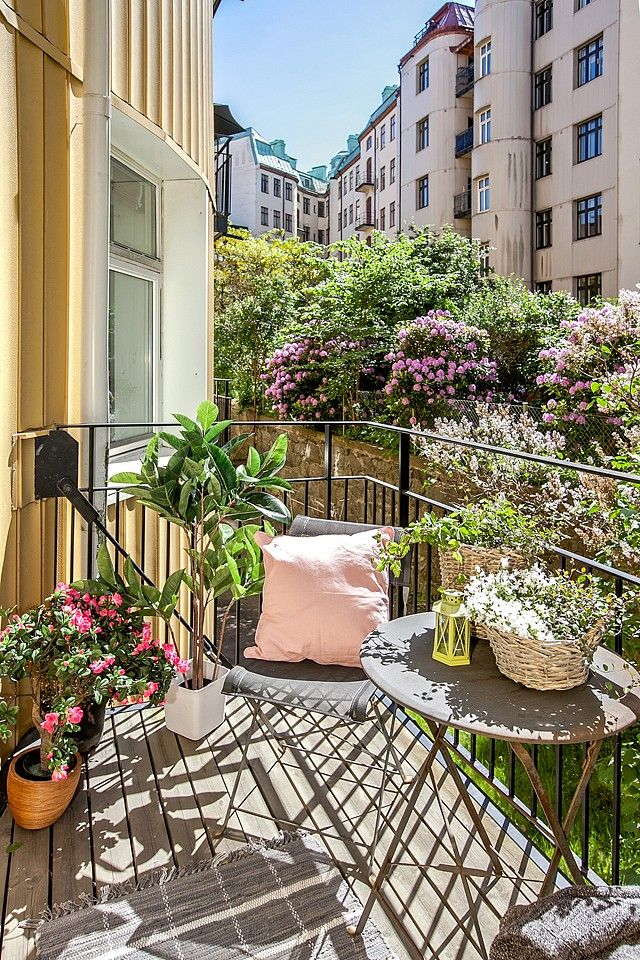 Picture of creative yet simple summer balcony ideas to try for Fall balcony decorating ideas