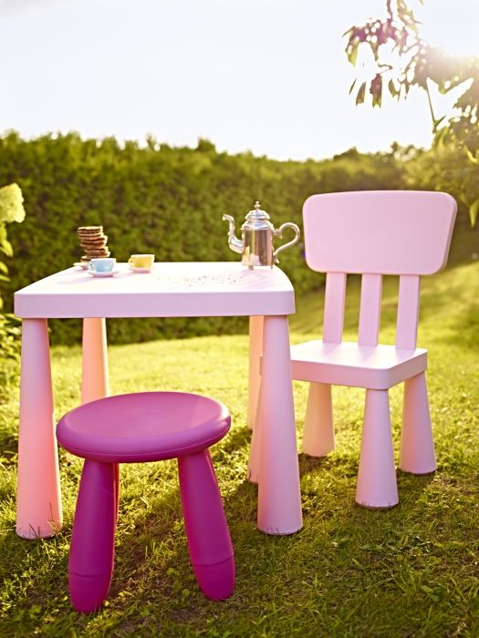 a fuchsia IKEA Mammut stool and a pink chair and table make this cool outdoor space very welcoming