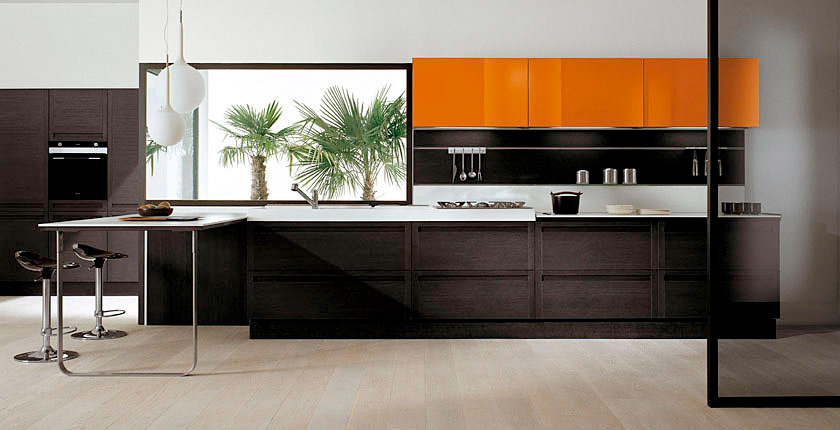 Dark oak kitchen with glossy white cabinets (Sistema Zeta collection)