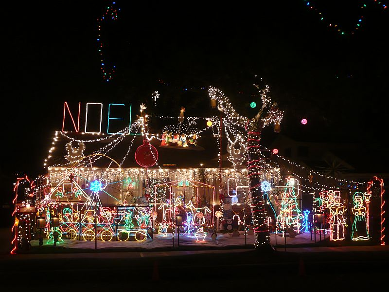 Top 10 biggest outdoor christmas lights house decorations for Christmas home designs