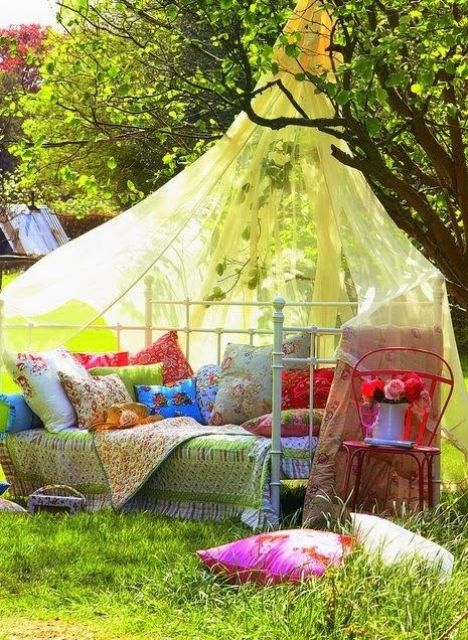 26 dreamy outdoor bedroom oasis designs digsdigs for Summer backyard decorating ideas