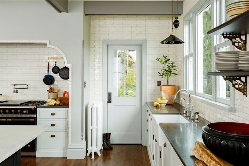 Elegant and cozy victorian kitchen and dining room digsdigs for Victorian kitchen designs