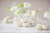 white fall table decor done with blooms in vases and with white pumpkins is a chic and cool idea to go for