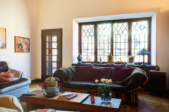 Extremely large townhouse with very traditional interior for Townhouse interior designs