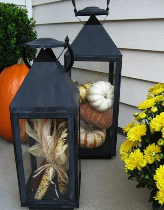 You can stuff lanterns with not only pumpkins but with other products of autumn's harvest, like corncobs.