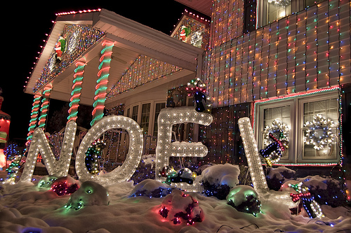 Top 10 biggest outdoor christmas lights house decorations for Decor de noel exterieur
