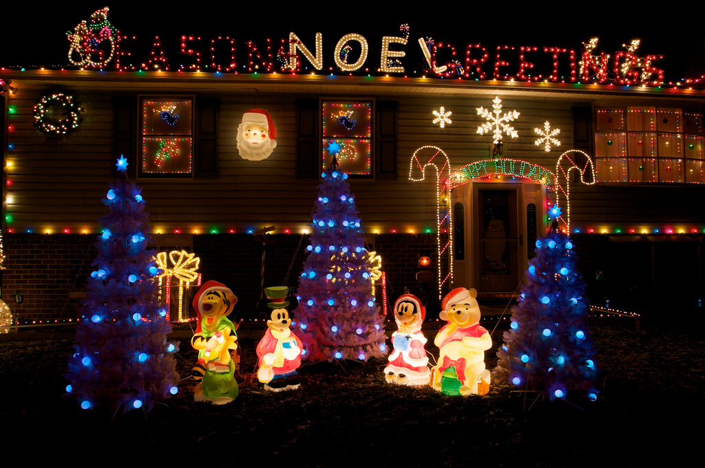 Top 10 Biggest Outdoor Christmas Lights House Decorations - DigsDigs