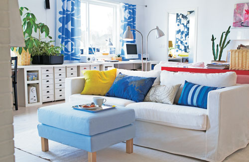 Fresh And Bright Lviing Room Design With Blue Accents