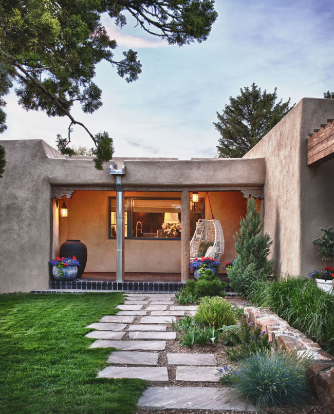 Fresh take on traditional mexican style santa fe house for Santa fe style homes