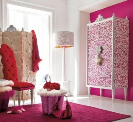 a pink, red and white glam bedroom with a printed wardrobe, a refined screen, a red chair and a pink rug on the floor
