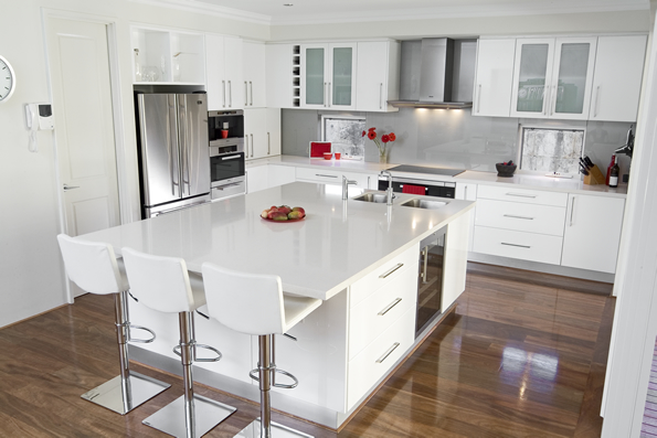 Glossy white kitchen design trend digsdigs for Kitchen designs with white cabinets
