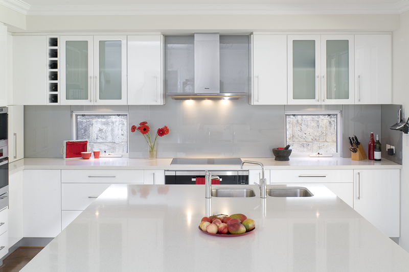 Glossy white kitchen design trend digsdigs for Iluminacion para cocinas integrales
