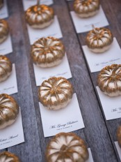 gold pumpkins as place card holders are ideal for Thanksgiving, they can be amazing and very chic