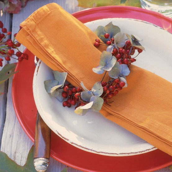 eucalyptus and berries will add a chic natural feel to your tablescape, make some napkin rings and decorate your tablescape in a very chic way