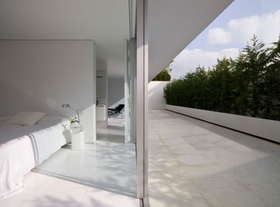 House Designed To Maximize The Feeling Of Spaciousness
